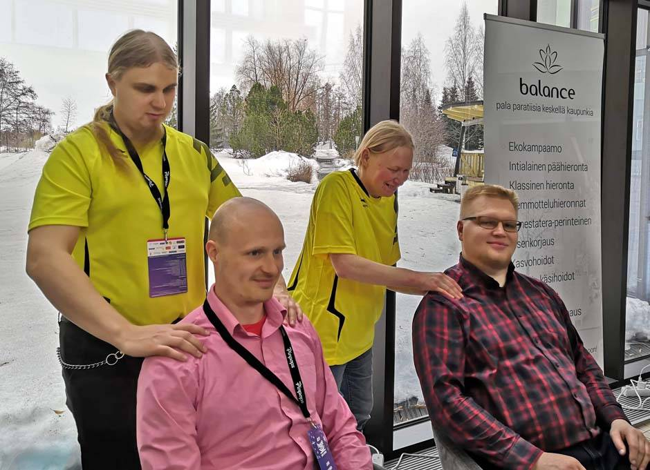 Toni Ilola organized grip strength tests and shoulder massages at the event with Fan ry active members Marjatta Pyykkö and Sirpa Myöhänen in Kuopio